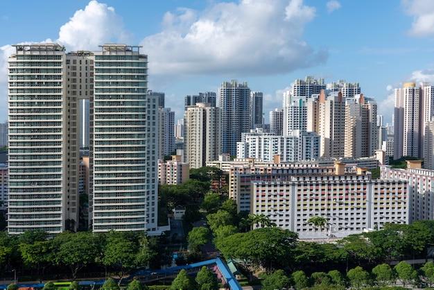 Toma aérea de los edificios de la ciudad de toa payoh singapur bajo un cielo azul Foto gratis