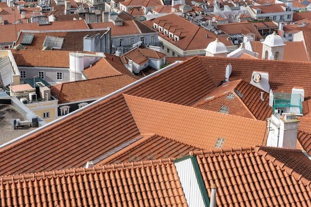 Toma aérea de los tejados de los edificios de la ciudad con tejas rojas Foto gratis