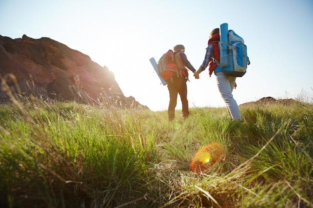 Tomando camino a las montañas Foto gratis