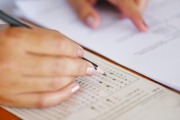 Tomar el examen final estudiante de secundaria con lápiz Foto Premium