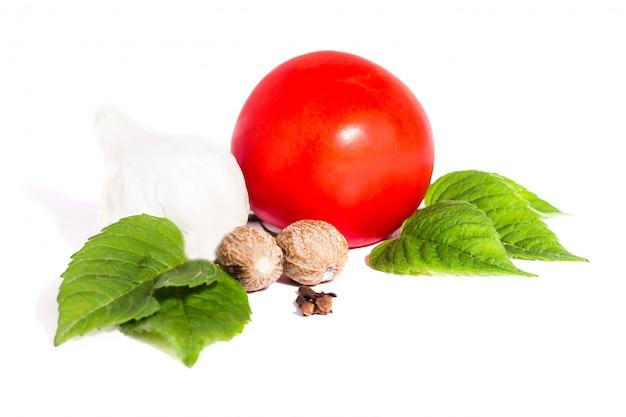 Tomate con pimienta y ajo en el fondo blanco, composición de tomates y opinión superior de las especias Foto Premium
