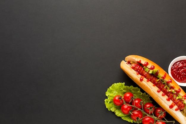 Tomates frescos con fondo de espacio de copia Foto gratis