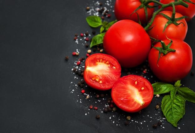 Tomates frescos en una mesa Foto Premium
