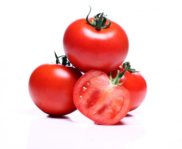 Tomates frescos sobre blanco Foto gratis