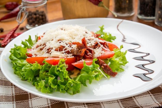 Tomates secos aceite de oliva, queso mozarella Foto Premium