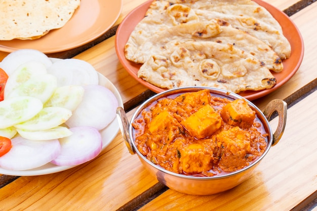 Toofani paneer de deliciosa cocina picante india servido con roti tandoori Foto Premium