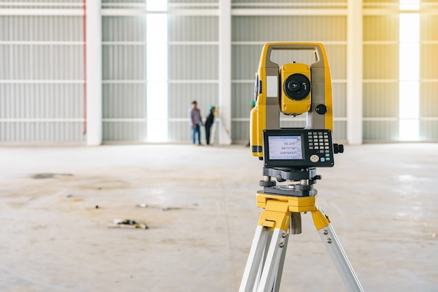 Topógrafo tacómetro o teodolito equipo al aire libre en el sitio de construcción Foto Premium