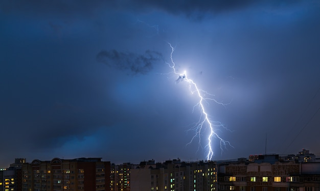 Tormentas eléctricas y relámpagos sobre la ciudad. Foto Premium