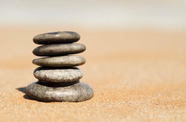 Torre de guijarros piedras zen concepto de spa y for Fotos piedras zen