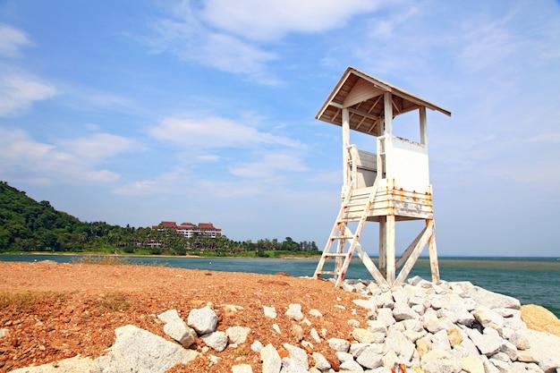 Torre de guardia en la playa Foto Premium