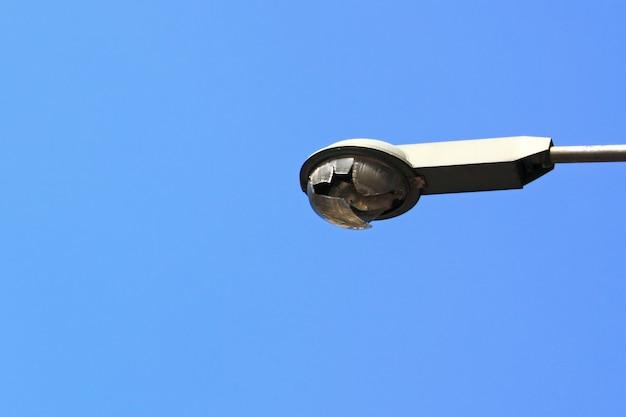 Torre de luces iluminadas en el cielo azul Foto Premium