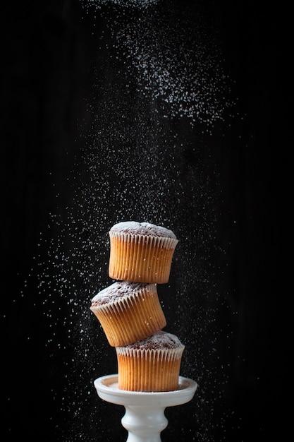 Torre de magdalenas con azúcar en polvo Foto gratis