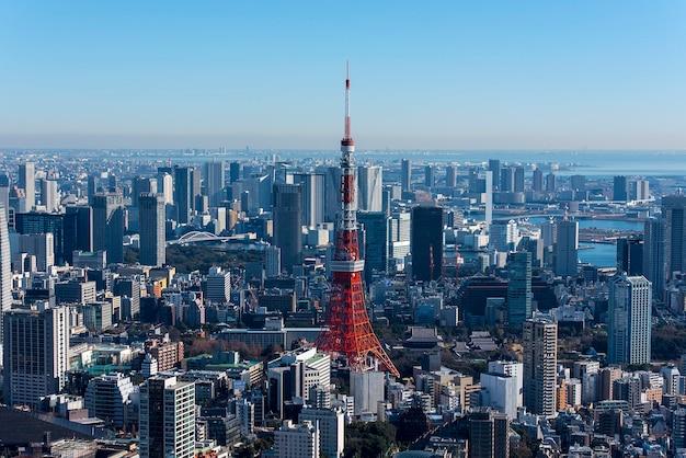 Torre de tokio y el paisaje urbano de tokio, vista panorámica en el día en tokio, japón Foto Premium