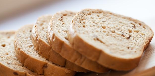 Torre de trozos de pan sobre una mesa Foto gratis