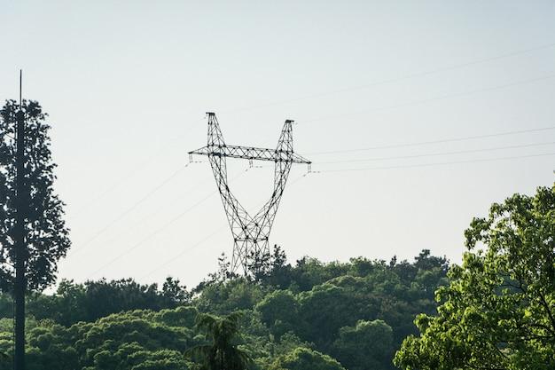 Torres eléctricas y líneas eléctricas, al atardecer Foto gratis
