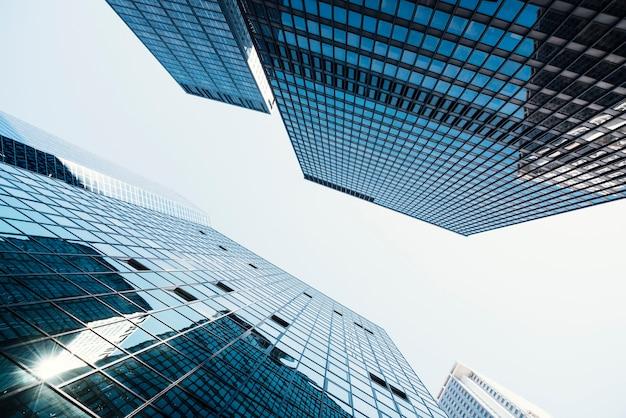 Torres de negocios con ventanas de vidrio. Foto gratis