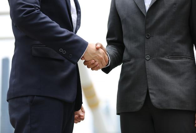 Torso del empresario estrecharle la mano Foto Premium