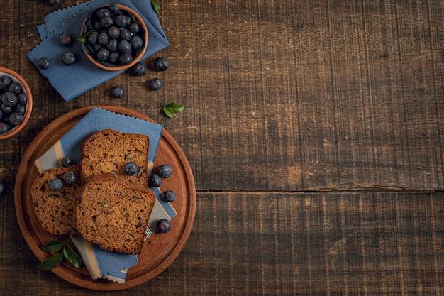 Torta y arándanos con fondo de espacio de copia Foto gratis
