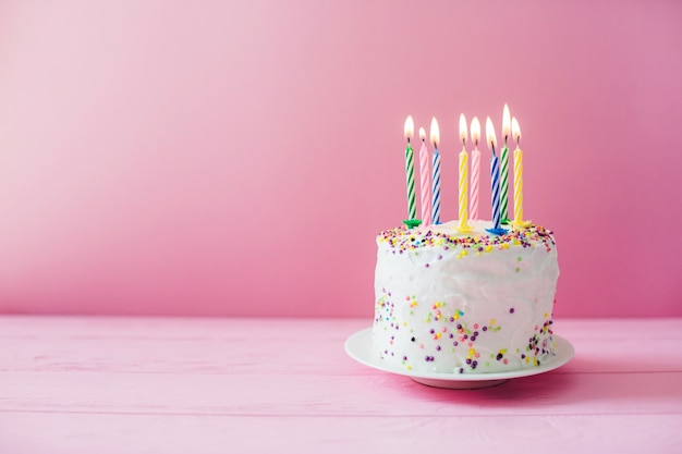 Torta Blanca Con Velas Encendidas Descargar Fotos Gratis