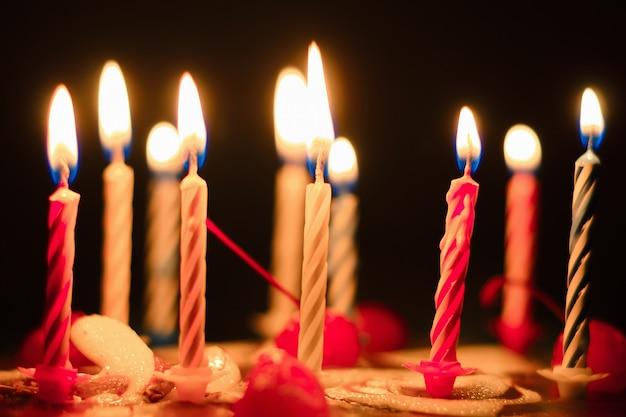 Torta de cumpleaños con velas encendidas, primer plano Foto Premium
