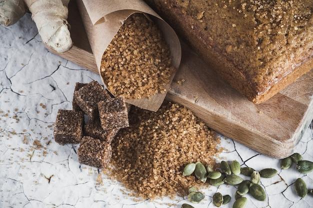 Torta integral sobre mesa de madera vieja. Foto Premium