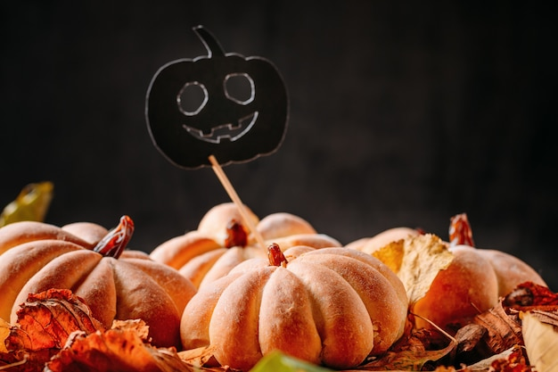 Tortas caseras en forma de calabaza de halloween con hojas de otoño Foto Premium