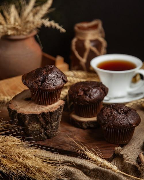 Tortas de chocolate con una taza de té negro Foto gratis