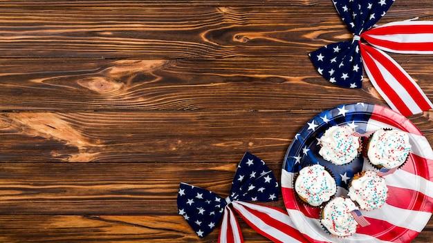 Tortas y lazos con estampado de bandera usa. Foto gratis
