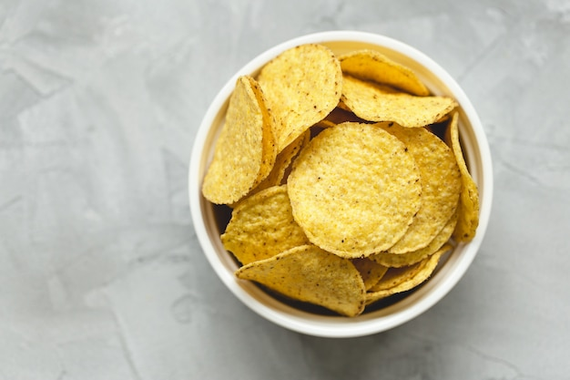 Tortilla chips de maíz en un tazón Foto Premium