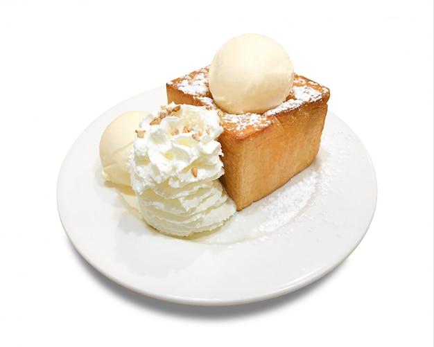 Tostada deliciosa de la miel con la placa aislada. postres y helados. (trazado de recorte) Foto Premium