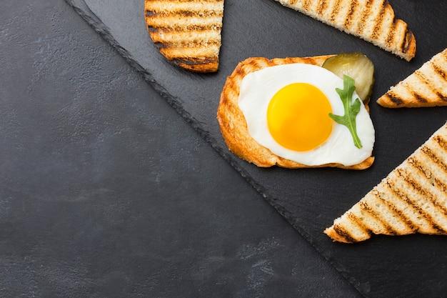 Tostada de huevo saludable con espacio de copia Foto gratis