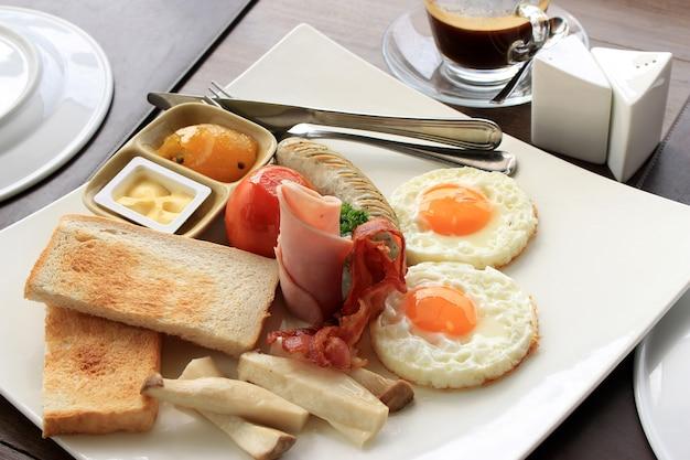 Tostadas, huevo, tocino y verduras Foto Premium