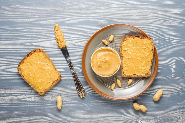 Tostadas de mantequilla de maní Foto gratis