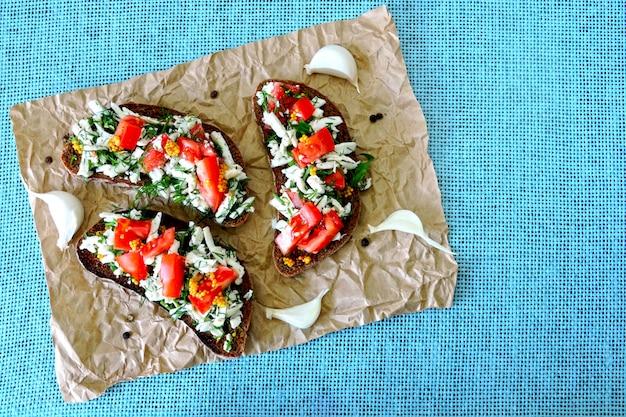 Tostadas con queso blanco, tomate y verduras. útil tostada vegetariana. dieta keto. keto almuerzo idea. comida sana. Foto Premium