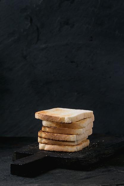 Tostadas sobre negro Foto Premium