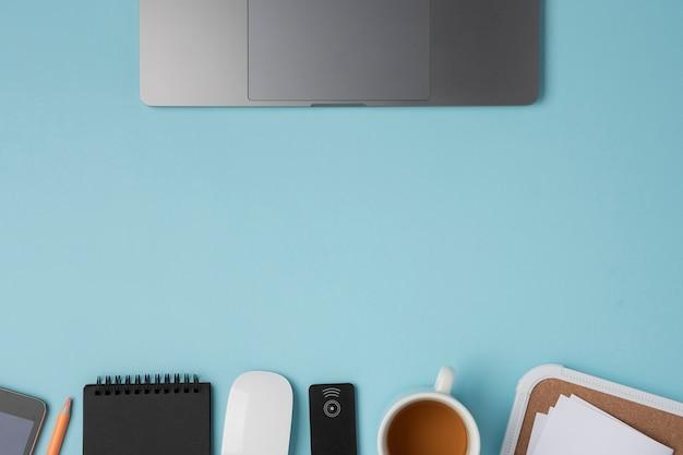 Touchpad portátil plano con mouse y café Foto gratis