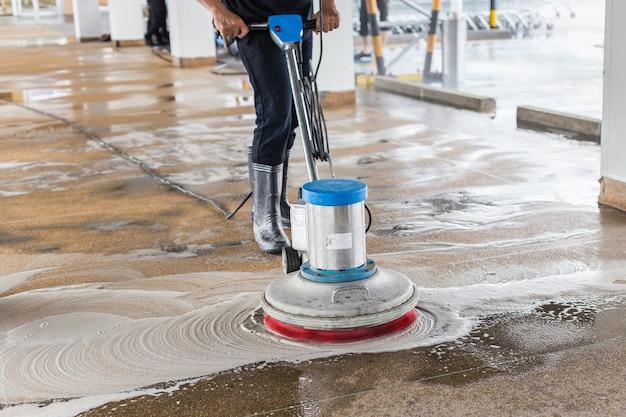 Trabajador asiático, limpieza, arena, lavado, pasarela exterior Foto Premium