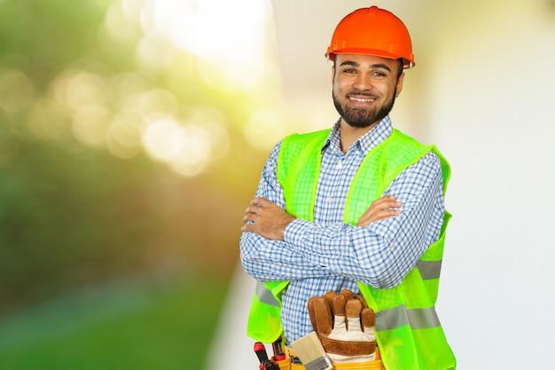 Trabajador de la construcción en obra Foto Premium