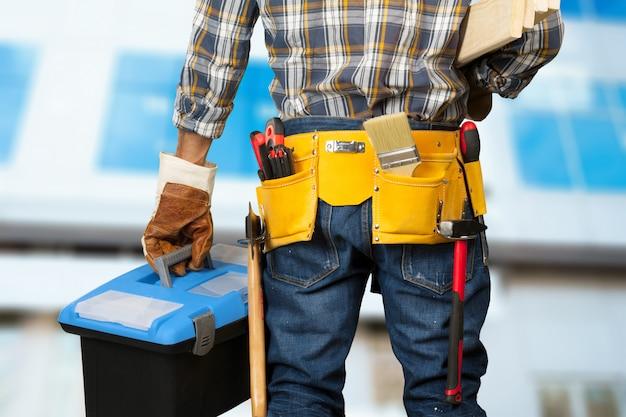Trabajador de construcción en el sitio de construcción Foto Premium