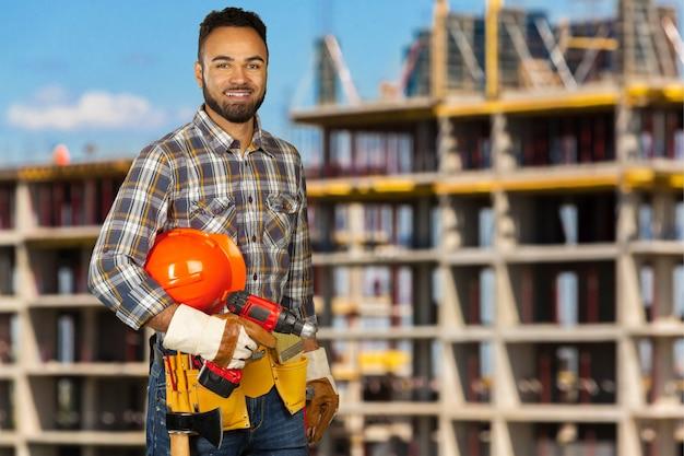 Trabajador de la construcción en el sitio de construcción Foto Premium