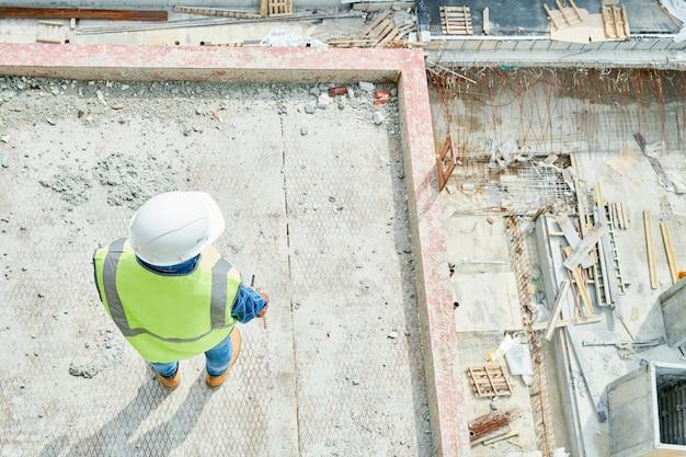 Trabajador de la construcción en el sitio Foto Premium