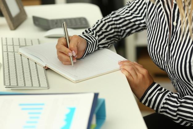 Trabajador de la empresa tomando notas Foto Premium