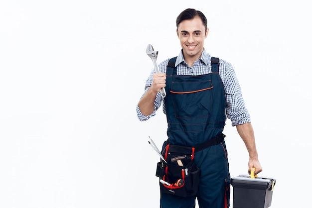 Trabajador con herramientas y llave sobre fondo blanco. Foto Premium