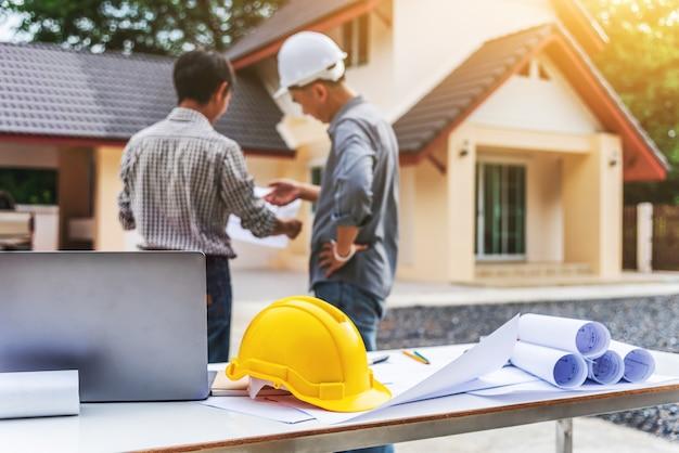 Trabajador profesional del ingeniero de dos hombres de negocios en la construcción de viviendas. Foto Premium