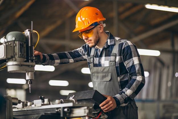 Trabajador de sexo masculino en una fábrica Foto gratis