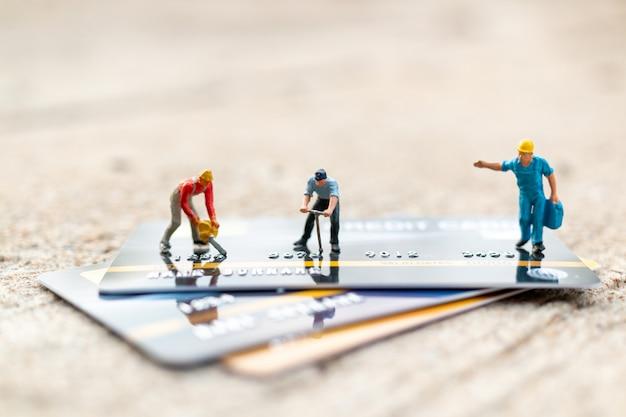 Trabajador esta trabajando en tarjeta de credito Foto Premium