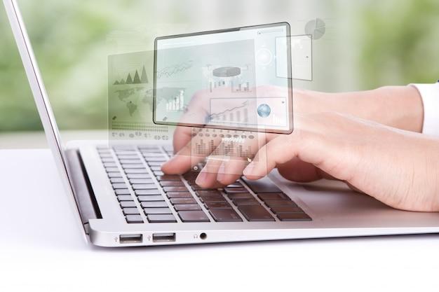 Trabajador viendo en un portátil gráficos Foto gratis