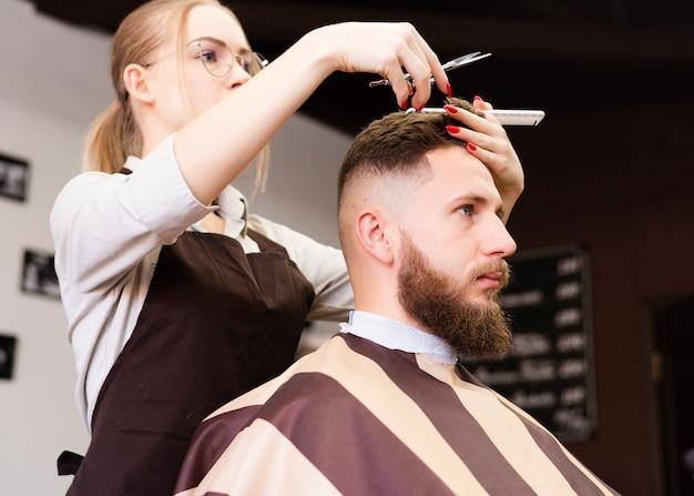 Trabajadora de peluquería haciendo su trabajo Foto gratis