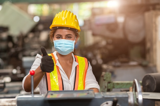 Las trabajadoras usan mascarillas desechables para protección corona virus spread y filtro de contaminación del aire de polvo de humo en fábrica para un cuidado laboral saludable. Foto Premium