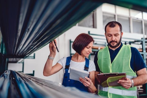Trabajadores del almacén revisando lista de pedidos Foto Premium